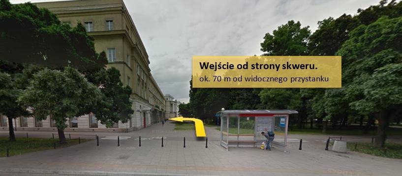 Obrazek pokazujący wejście od strony skweru, ok 70 m. od rogu budynku